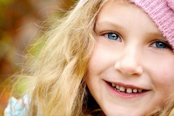de tanden van een kind rechtzetten