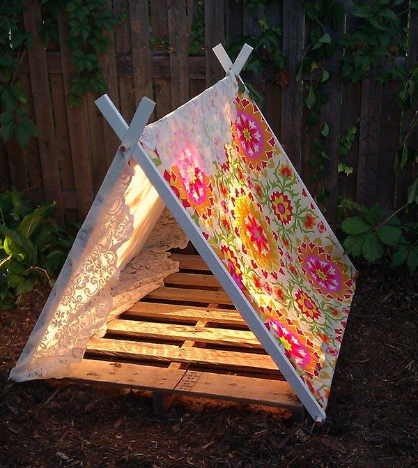 een tipi tent in de tuin