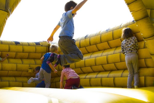 kinderen spelen op springkussen