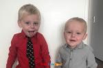 twee kinderen achter elkaar